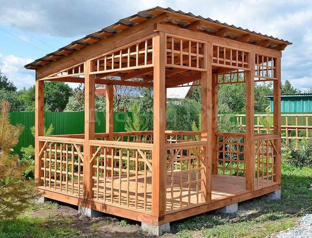 Деревянная беседка размером 3×3 метра и односкатной крышей